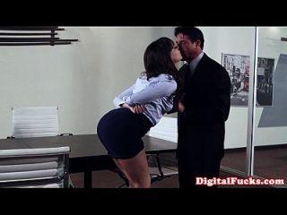 Milf de oficina golpeado en la parte superior del escritorio