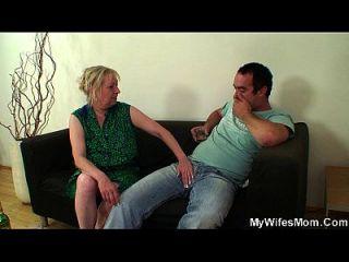 las hojas de la esposa y el suegro lo seducen