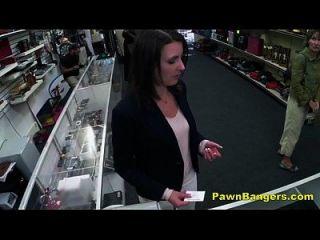 cliente toma polla en su coño peludo por dinero en efectivo