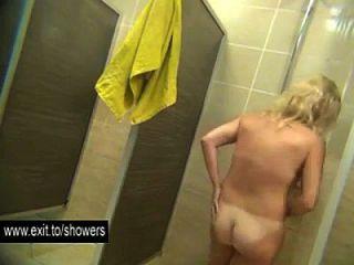 muchas chicas aficionadas espiadas en un cuarto de baño público