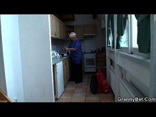 seduce fácilmente a vieja abuela