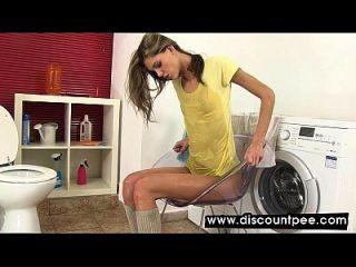 randy rubia toma un baño en su propia orina