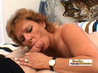 mujer madura trabaja una polla gorda grande y consigue una corrida facial