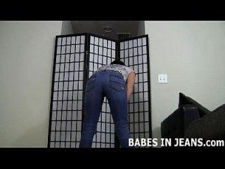 me encanta la forma en que estos pantalones vaqueros apretados de la piel hacen mi mirada del asno joi