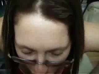 Morena amateur novia con gafas da mamada y paseo