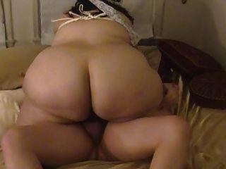 La mujer gorda chupa y folla con las tetas atadas