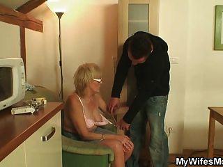 Hombre musculoso follando a su mamá wifes