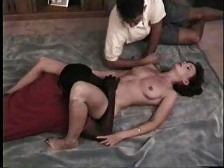 La esposa caliente chupa amigo negro mientras que las películas del esposo