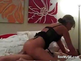 Novia amateur dando mamada y montar a su novio