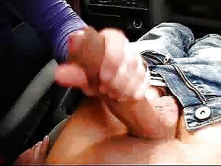Buena branleuseHanjob mamada en el coche por opuntia