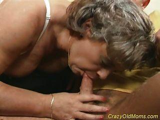 Loca mamá obtiene polla follada y sexo de mamada de oficina
