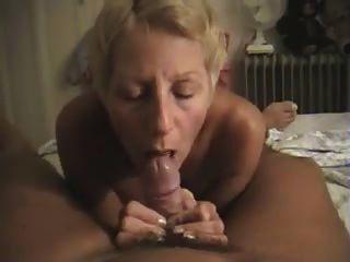 Nudista filmando a su esposa dándole una mamada en casa
