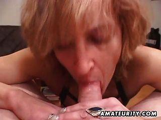 Mujer amateur madura da cabeza con semen en la boca