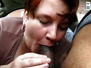 Chubby madura da mamada a joven negro en el coche