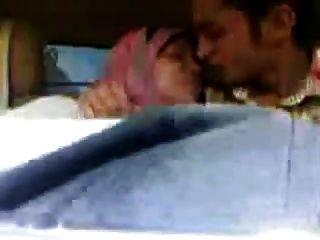 Chica hijab árabe chupa grandes tetas y se besa en el coche