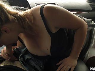 Sima soplando en la polla en un coche