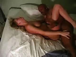 Un marido cornudo filma a su esposa rubia con un bbc