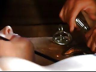 Bondaged sumiso recibe un coño azotando