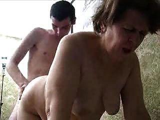 Abuelita y joven ruso