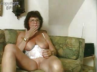 Dulce abuela masturbándose