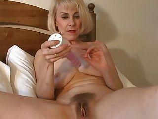 Dulce mamá avellana puede jugar con su coño peludo