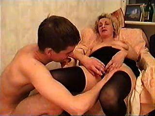 Mujer madura y un chico joven tomar un poco de vino