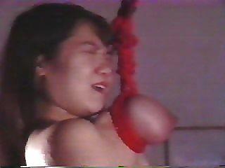 Chica japonesa es brutalmente torturada y suspendida por sus pechos