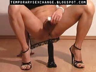 Feminización del cuerpo y los pies masculinos en un intercambio sexual temporal