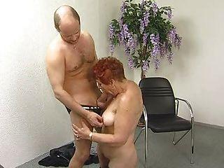 Abuela deliciosamente peluda chupa y folla