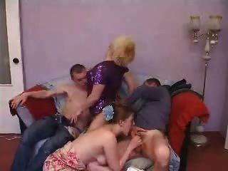 Pareja madura y joven swinger grupo de sexo