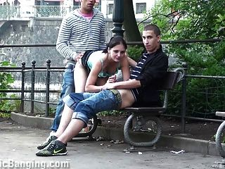 Sexo público de tres en la calle.¡increíble!