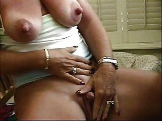 Puta abuelita pezones grandes acariciando su gran clítoris