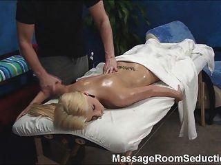 ¡El terapeuta del masaje seduce a la muchacha caliente!