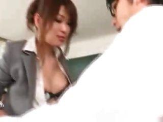 Profesora japonesa follada por sus estudiantes y maestros 1