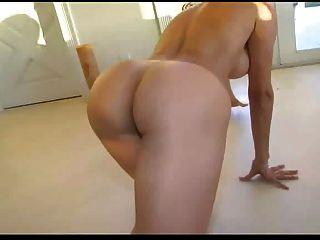 Hot mom monique fuennettes juega con el juguete del muchacho