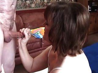 Molly golpea a otro invitado en su casa