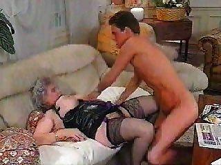 Mamá alemana se despierta por chico y anal follada en el culo
