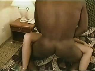 Hot real esposa tiene amante negro cum en el anillo de bodas lo lame entonces él creampies su pt 2