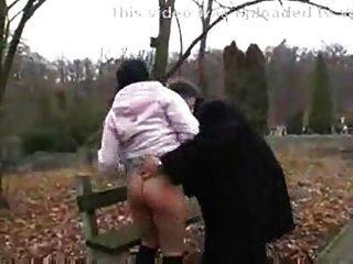 Viejo hombre folla adolescente sucia en el parque público.f70