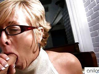 La abuelita caliente seduce al estudiante