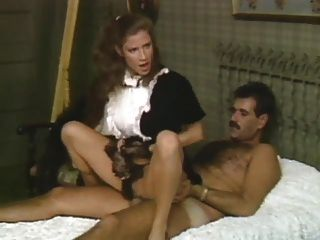 La esposa de la criada muestra cómo se hace
