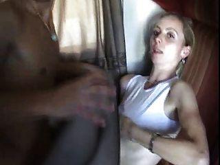 Un joven folla a su madre en un tren