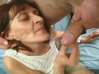 Wrinkly abuelita juega con una polla
