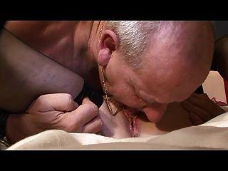 La abuelita y el abuelo todavía aman la acción de la cama