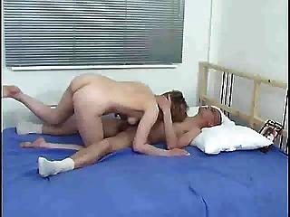 Mamá y niño en la cama s88