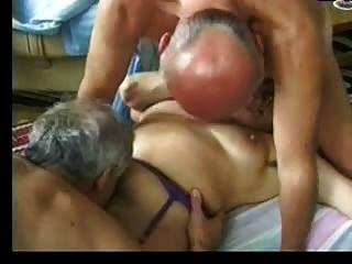 La abuelita entretiene a dos viejos