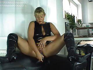 Charla sucia en botas negras