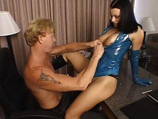 Bella donna aka belladonna está jodiendo a un tipo con un strapon