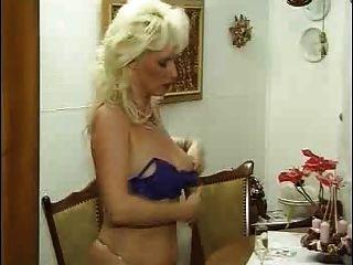 Mujer rizada kinky alemán en medias folla a su joven amante