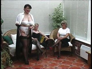 Vendimia desnudándose de tres señoras de pueblo maduro